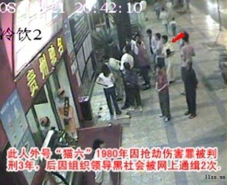 """图:街边车上陆续下来两人:""""王老七""""与亿万富豪胡祖权"""